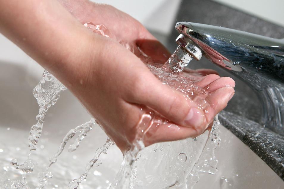 Wegen Reparaturarbeiten sollten 1.200 Haushalte in Radeberg zehn Tage lang nur kaltes Wasser bekommen. Jetzt wurde eine bessere Lösung gefunden.