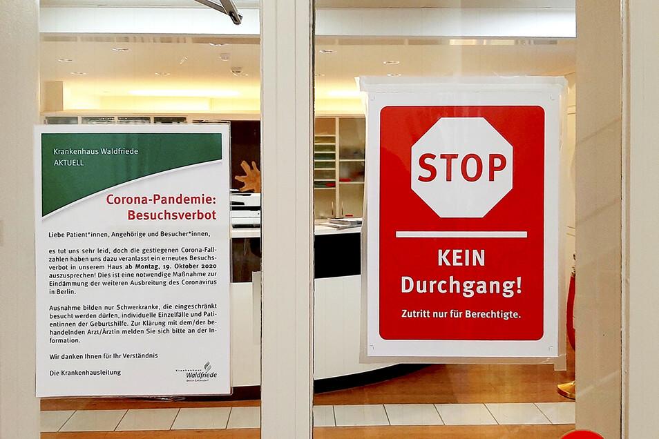 Der Eingang zum Krankenhaus Waldfriede in Berlin. Hier gelangt derzeit selbst, wer einen Unfall erlitten hat, nicht ohne Weiteres hinein.
