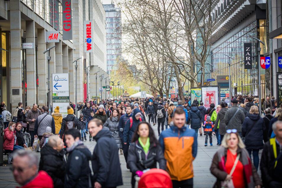 Einkaufsbummel in der Prager Straße. Auf ihrer Verlängerung gelangt man vom Hauptbahnhof über die Augustusbrücke bis zum Albertplatz in der Neustadt, indem man einfach geradeaus läuft.