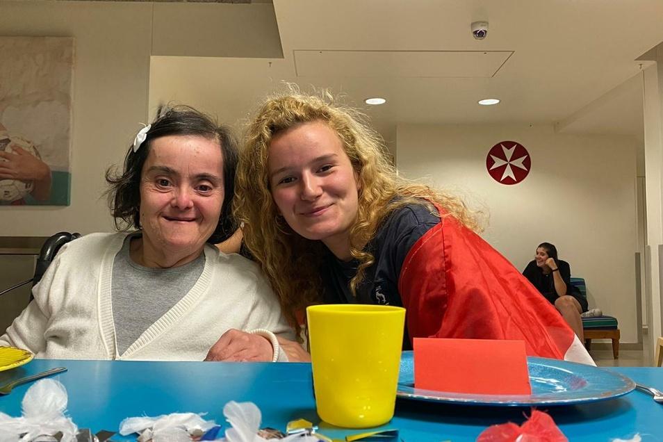Zusammen essen, malen, singen oder einfach nur da sein: Manchmal sei die bloße Nähe für die behinderten Menschen im Beiruter Heim das Wichtigste der Welt, sagt Eleni Striefler (r.).