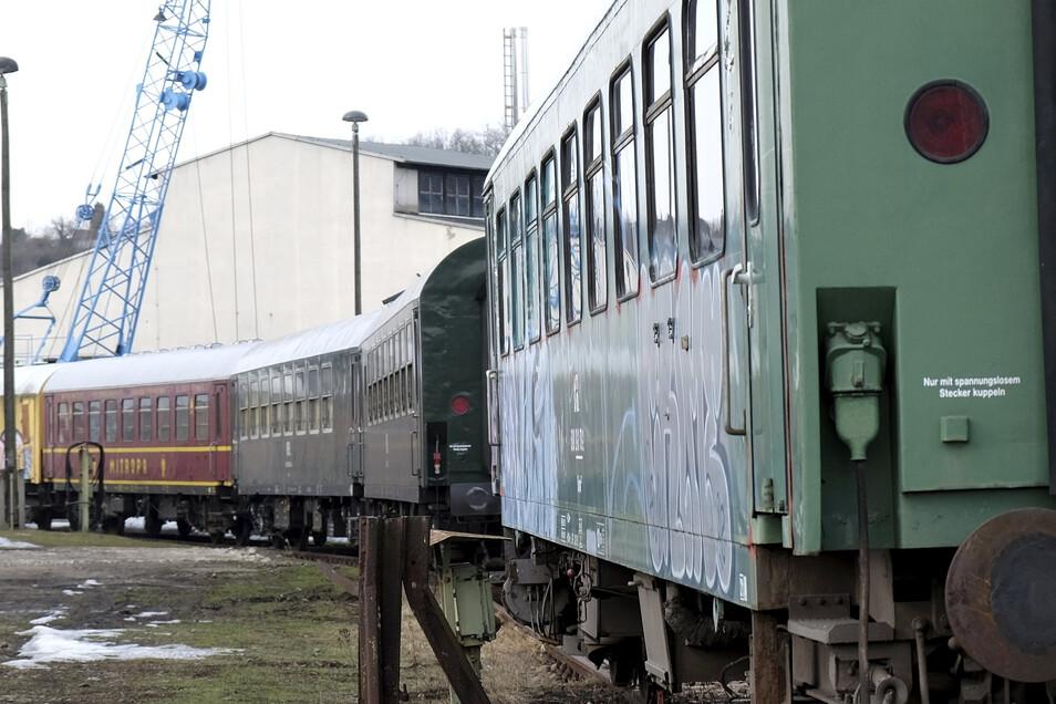 Begehrter Graffiti-Untergrund: Der historische Wagenpark im früheren Bahnbetriebswerk Nossen.
