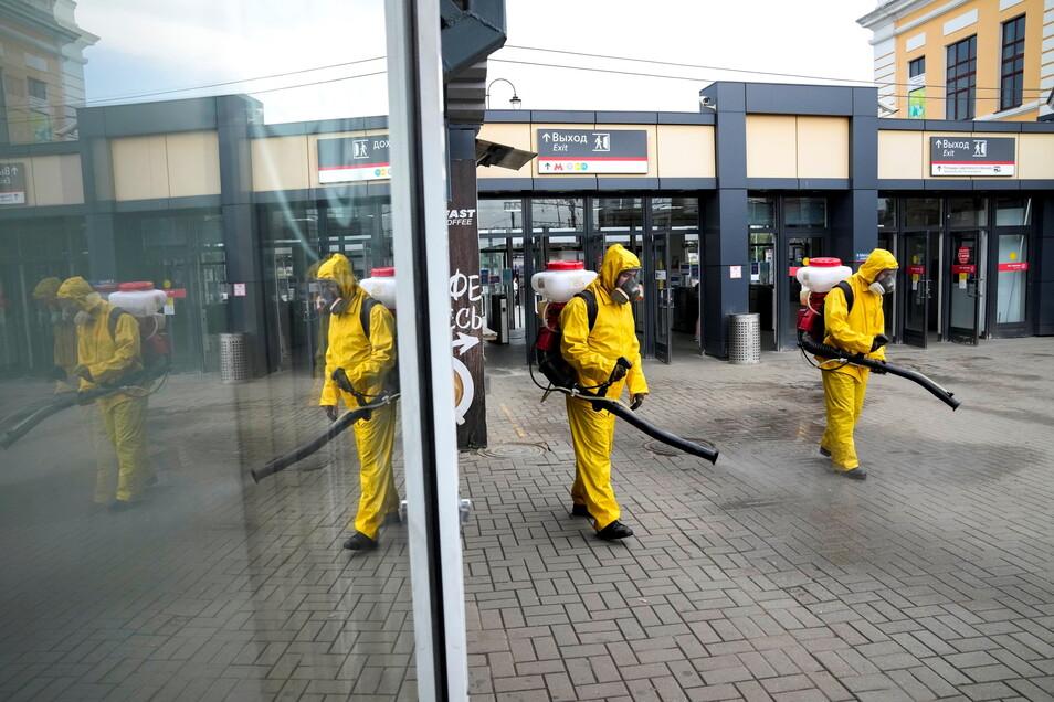 Mitarbeiter des Katastrophenschutzes desinfizieren einen Bahnsteig des Sawjolowski-Bahnhofs in Moskai. Wegen der starken Verbreitung der Delta-Variante des Coronavirus schränkt die Bundesregierung die Einreise aus Portugal und Russland massiv ein.