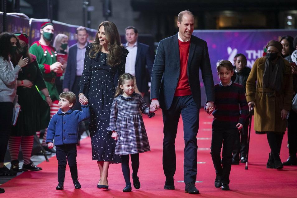 Prinz William, Herzog von Cambridge, seine Frau Kate und ihre Kinder Prinz Louis, Prinzessin Charlotte und Prinz George (v.l.n.r.) gehen auf dem roten Teppich in das Palladium-Theater in London.