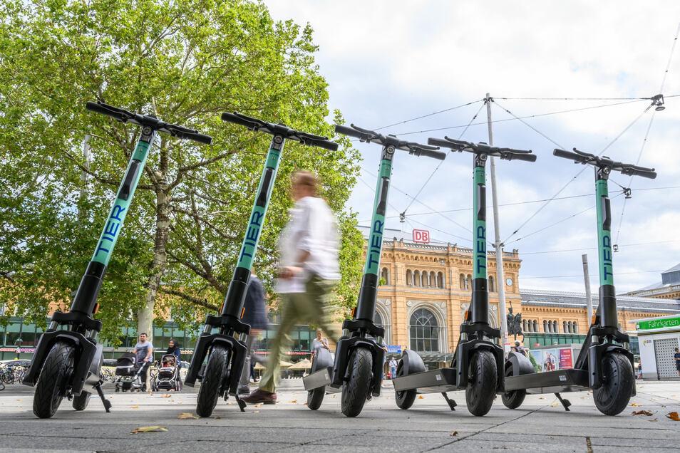 """E-Tretroller des Anbieters """"Tier"""" stehen auf dem Ernst-August Platz vor dem Hauptbahnhof in Hannover (Symbolfoto)."""