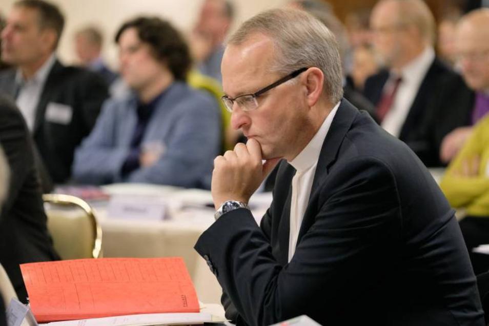 Der Bischof der evangelisch-lutherischen Landeskirche Sachsen, Carsten Rentzing, hat der Kirchenleitung seinen Rücktritt angeboten. Die will am Montag darüber entscheiden. Derweil macht im Internet eine Pro-Rentzing-Petition Furore, die auch von sächsisch