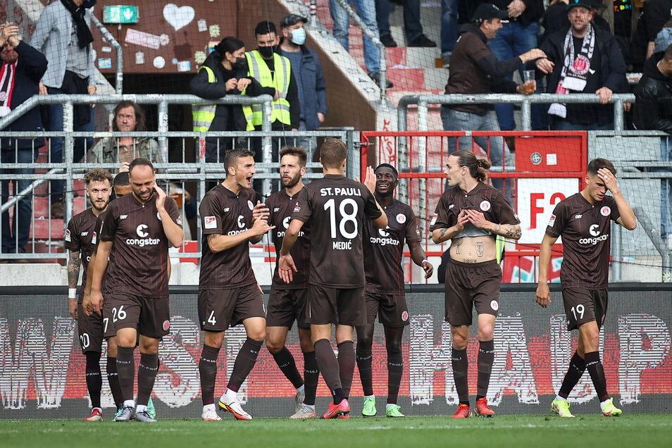 St. Pauli feiert Guido Burgstaller (4.v.l) und sein Tor zum 2:0.