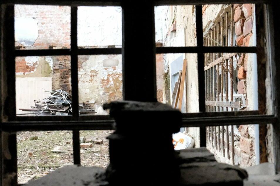 Blick aus dem Erdgeschoss in den Hinterhof, in dem einst ein Flügelgebäude stand. Das wurde abgerissen. Seitdem ist dieser Teil der Mauer instabil, der zum Haus in der Görnischen Gasse 32 gehört. (Siehe Fotos weiter unten)