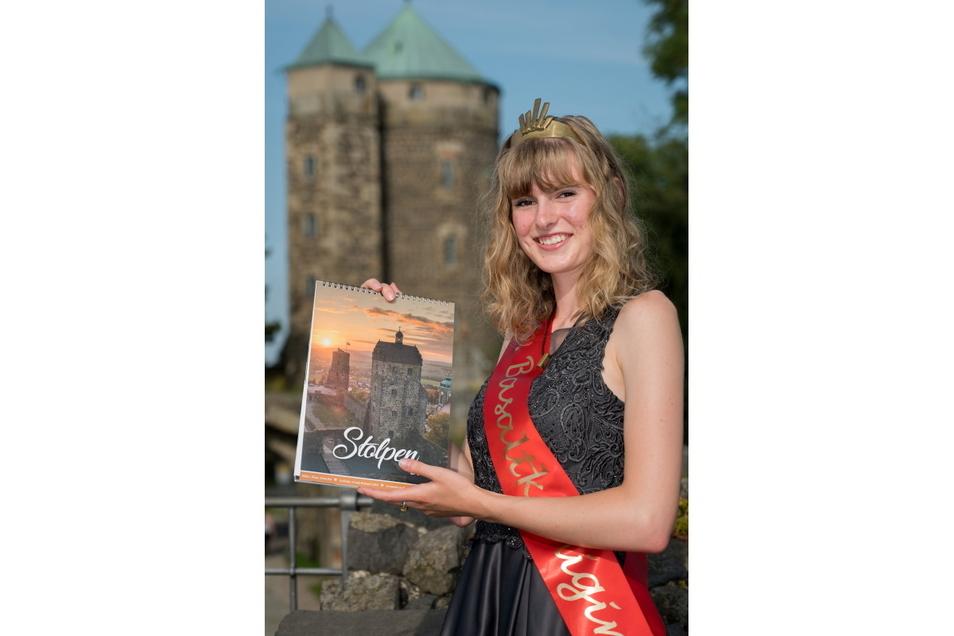 Der druckfrische Stolpen - Kalender 2022 präsentiert von Leoni Weser, der 15. Basaltkönigin.