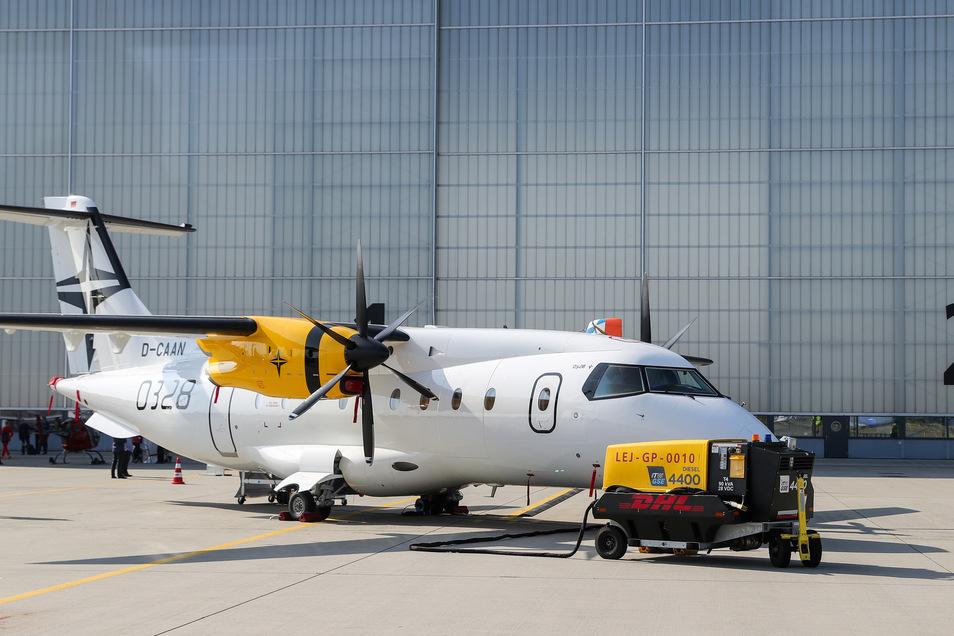 Eine Dornier 328 steht auf dem Flughafen Leipzig-Halle.