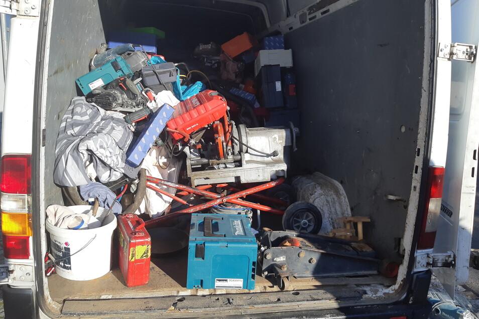 Das alles hat die Polizei beschlagnahmt. Ein Teil davon ist Werkzeug, das in Berlin gestohlen wurde.