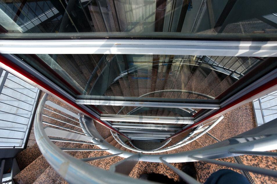 Gern treffen sich die Jugendlichen auch im Glasturm. Sie blockieren die Treppen und Fahrstühle oder werfen Essen und Getränke nach unten.