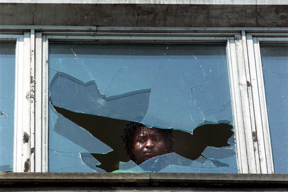 Rassistische Krawalle erschütterten im September 1991 die Stadt Hoyerswerda. Dabei wurden auch die Unterkünfte von Ausländern angegriffen. Jetzt findet ein Gedenkwochenende statt.