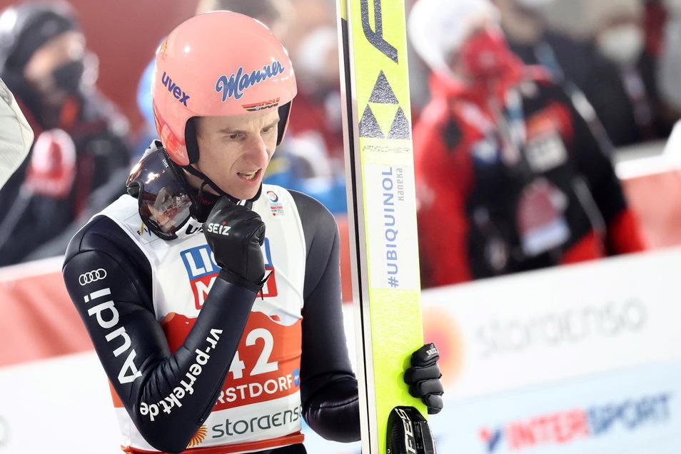 Karl Geiger jubelt, nachdem er im Skispringen vom 4. im ersten Durchgang noch auf den 2 Platz gesprungen ist.