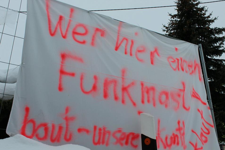 """""""Wer hier einen Funkmast baut - unsere Zukunft klaut"""", steht auf einem der vielen Protestbekundungen entlang der Langenberger Straße in Zeithain."""