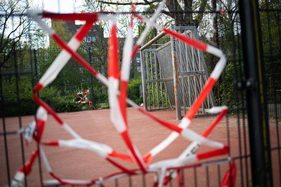 Auch die Sportplätze bleiben geschlossen. Wie bei der Fußball-Bundesliga will die Politik nun am 6. Mai entscheiden, wie es weitergeht.