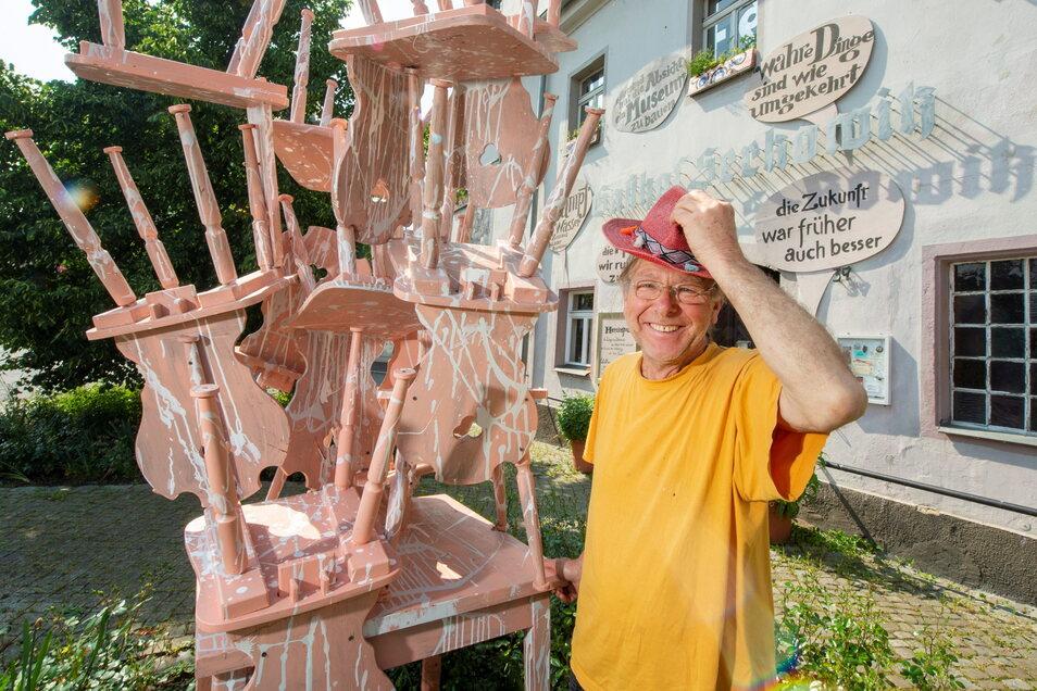 Objektkünstler Reinhard Zabka würde mit seinem Lügenmuseum im Gasthof gern bleiben, aber das Geld zum Erwerb und zur Sanierung hat er nicht.