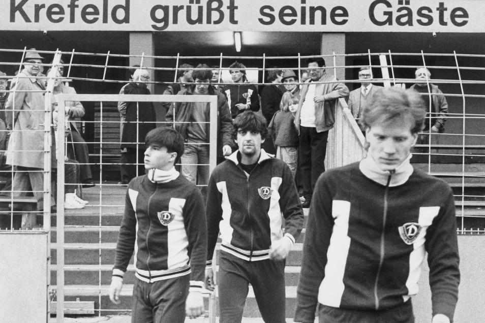 Da ist die Dynamo-Welt noch in Ordnung: Jörg Stübner, Ralf Minge und Matthias Sammer kommen vor dem Spiel in die Grotenburg-Kampfbahn von Krefeld.