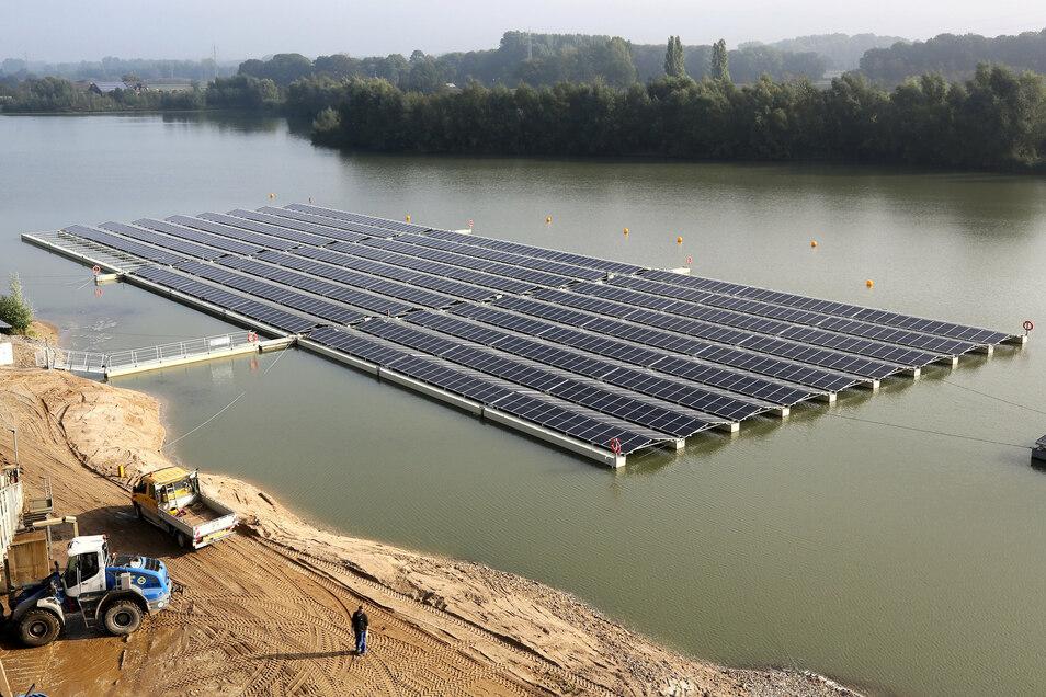 Die rund 150 Meter mal 50 Meter große Solaranlage des Kiesproduzenten Hülskens schwimmt auf einem Baggersee am Niederrhein. Es soll fast den gesamten Energiebedarf des Sand- und Kiesproduzenten decken.