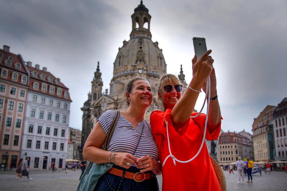 Vertraute Anblicke wieder in Dresdens Innnenstadt: Zwei Lübeckerinnen machen ein Selfie von sich mit Frauenkirche.