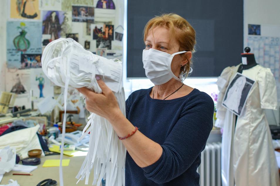 Cerstin Bochow, Gewandmeisterschneiderin vom Staatstheater Cottbus, hält selbst genähte Schutzmasken in ihren Händen.