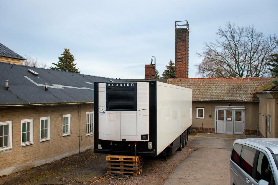 Das Döbelner Krematorium hat sich eine große Kühlzelle auf den Hof gestellt. Die vorhandenen Kapazitäten haben nicht mehr ausgereicht.