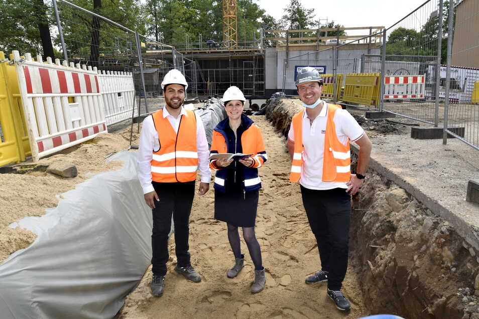 Bauleiter Marcel Bach und Geschäftsführerin Janet Lange von der Heinz Lange Bauunternehmen sowie Robert Meyer (v.li.), einer der Chefs des Ottendorfer Mühlenbäckers, vor dem Rohbau des neuen Mühlencafés an der Frankenfurt. Das erste Stockwerk steht bereit