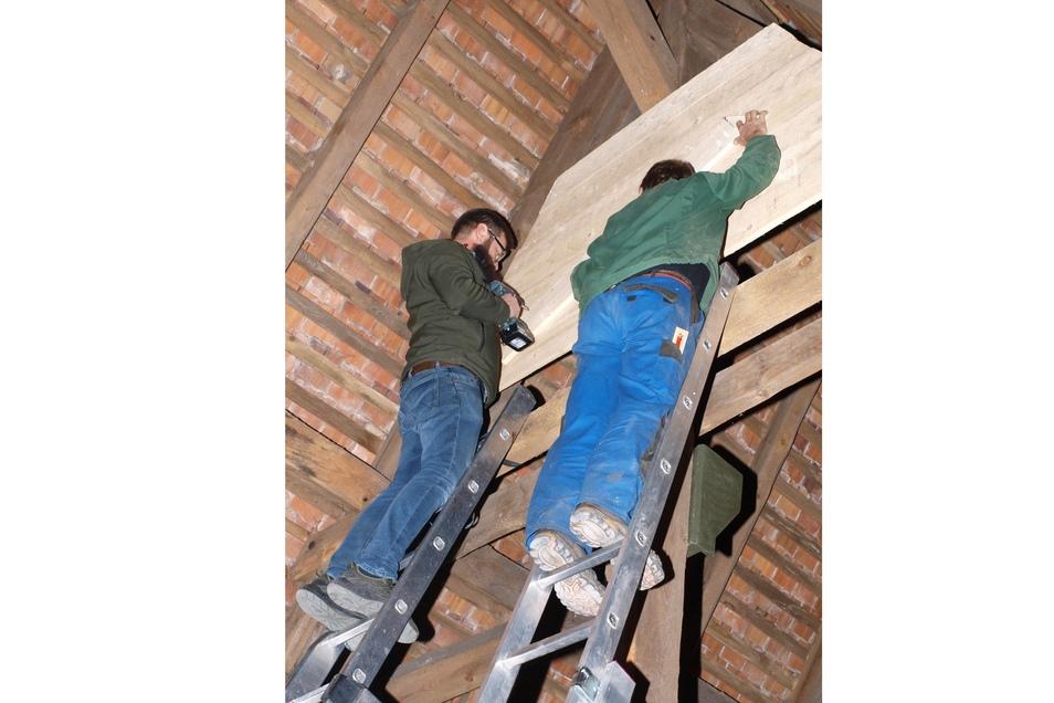 Rene Kieschnick (links) und Wilfried Spank beim Bau eines Spaltquartiers auf dem Dachboden der Förstgener Kirche