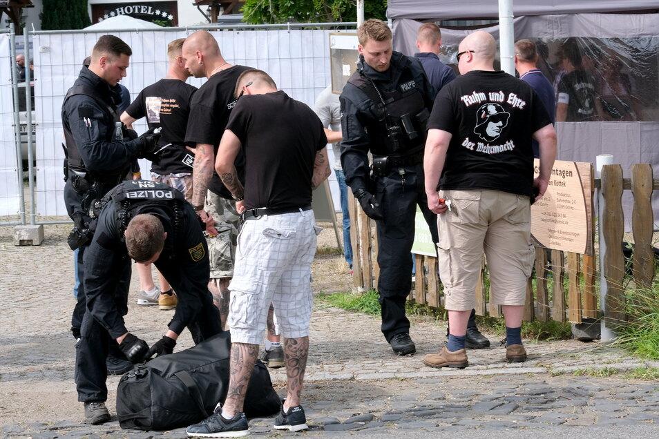 """Polizeikontrolle beim """"Schild & Schwert-Festival"""" im Juni 2019 in Ostritz."""