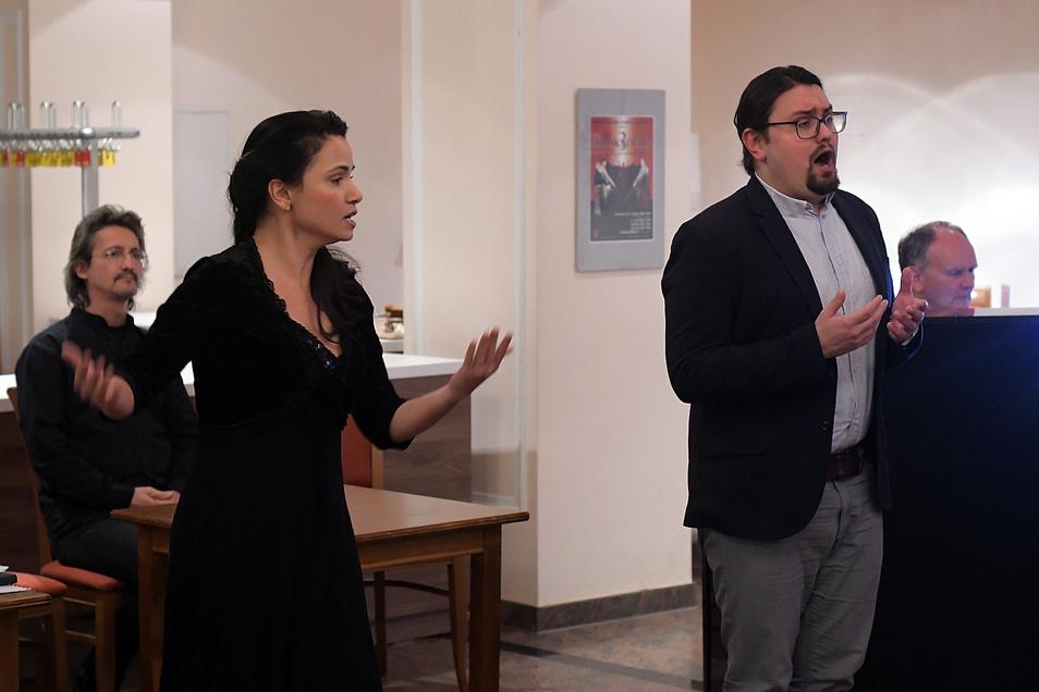 Frank Unger, Lindsay Funchal und Johannes Pietzonka gehören zu den Mitwirkenden der Oper Fidelio, Generalmusikdirektor Raoul Grüneis (von links) hat die musikalische Leitung.