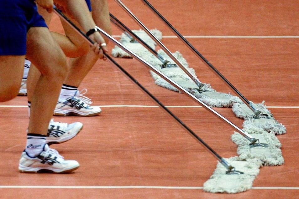 Wie bei Volleyball-WM der Frauen vor 18 Jahren musste auch beim Heimspiel der Leipziger Handballer am vergangenen Wochenende der Boden der Arena Leipziog ordentlich geschrubbt werden.