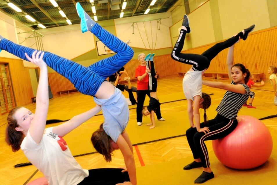 Seit 1970 trainiert Erika Noack (Bildmitte) die Akrobaten des Polizeisportvereins Weißwasser. Unter ihrer Anleitung bereiten sich Evelin und Leni (links), Maxi und Veronika (rechts) auf einen Auftritt am 14. Dezember im Turnerheim Weißwasser vor.