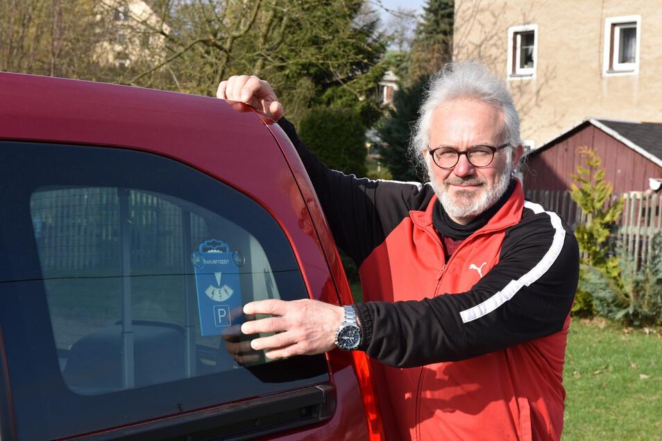 Uwe Fullert mit seiner Parkscheibe.
