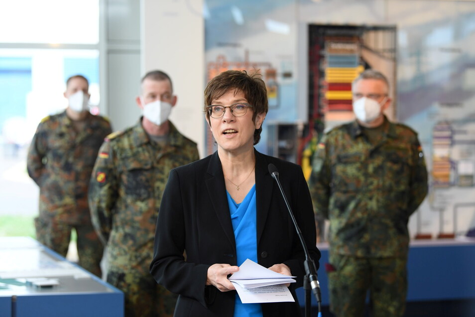Bundesverteidigungsministerin Annegret Kramp-Karrenbauer (CDU) am Mittwoch in Boxberg. Bis zu 1.000 Bundeswehr-Angehörige sollen den Strukturwandel in der Lausitz bis 2031 unterstützen.