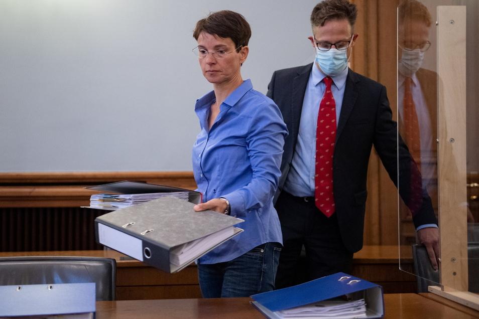 Frauke Petry und ihr Ehemann Marcus Pretzell sortieren im Landgericht Leipzig vor Beginn der Berufungsverhandlung Unterlagen.