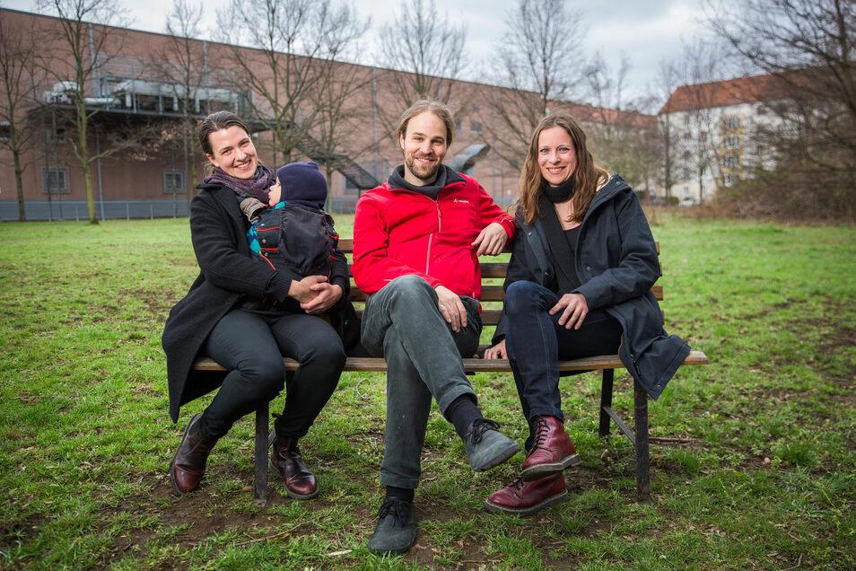 Gerda Berger, Martin Himstedt und seine Frau Jana bereiten das gute Gelingen der Strieskanne vor.