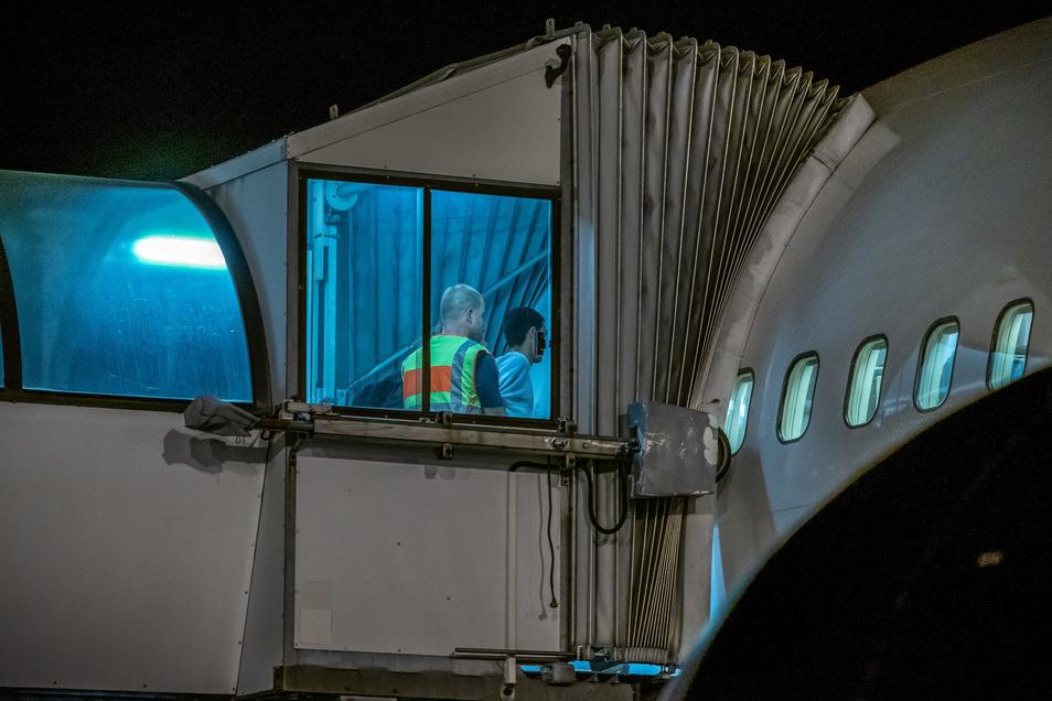 In Begleitung müssen die Betroffenen ins Flugzeug.