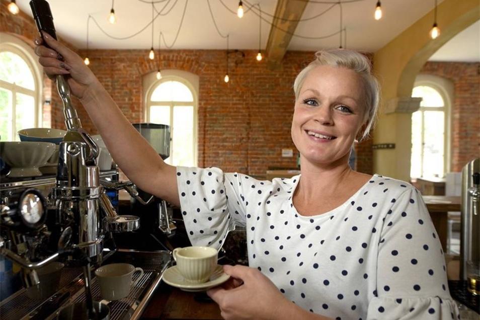 Mit Dampf: Janina Schönfelder bringt den Kaffeegenuss ins Nostalgia Privatim der Donaths. Das Service im Café kann man im Laden nebenan gleich auch für zu Hause erstehen.