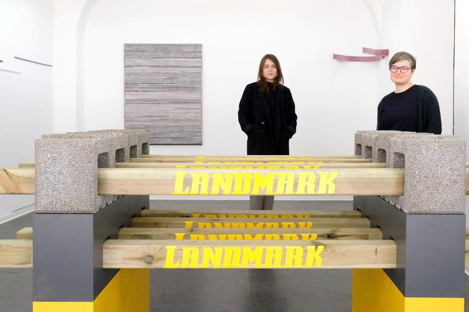 Künstler Willy Schulz hat mit Landmark in der neuen Schau des Kunstvereins Meißen eine Linie gezogen. Die Dresdner Kunstwissenschaftlerinnen Lucie Klysch (links) und Anna Schinzel haben sie kuratiert.