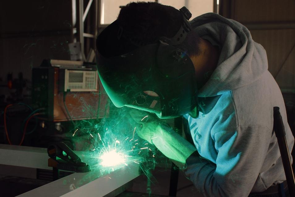 Die Schüler der Produktionsschule können sich unter anderem im Metallbau ausprobieren.