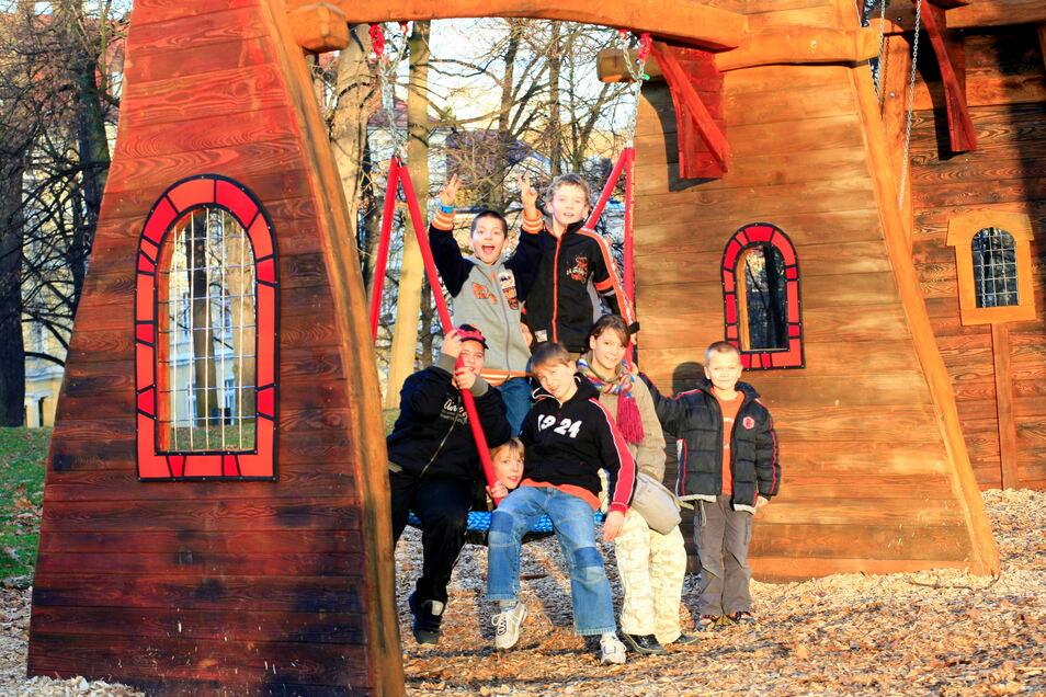 Auch wegen seiner Gestaltung im Stil der Kulturinsel Einsiedel ist der Spielplatz im Stadtpark so beliebt.