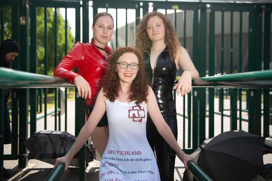Jasmin Karl, Jenifer Nicolai und Franziska Steiger (von links) warten seit Mittwochmorgen am Stadion-Einlass. Sie wollen in der ersten Reihe beim Rammstein-Konzert heute Abend stehen.