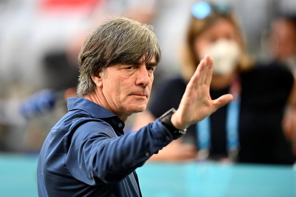 Lässig winkt der Bundestrainer: Nach dem Sieg gegen Portugal wird Joachim Löw für seinen Plan gelobt.