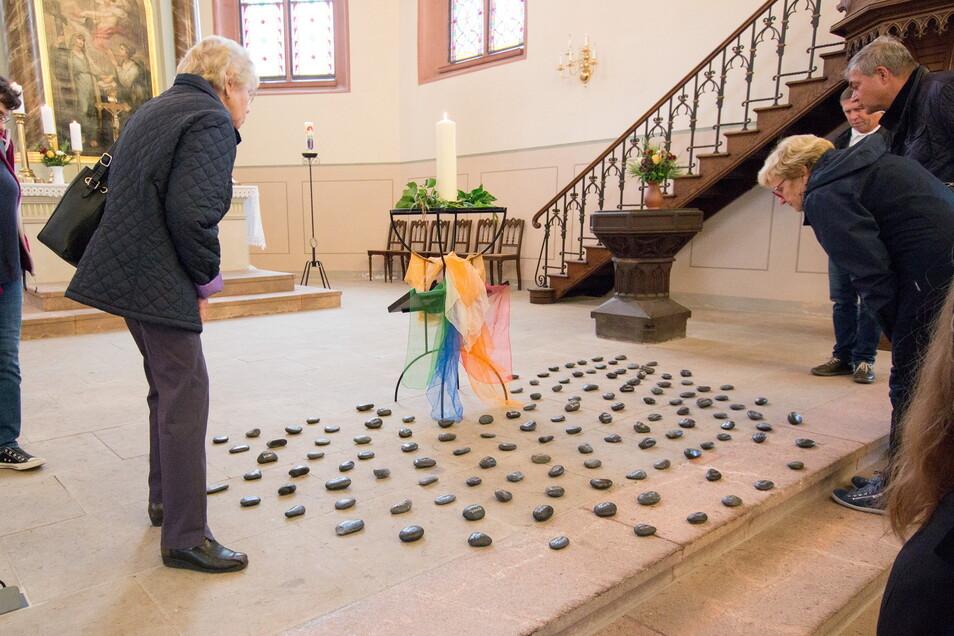 147 Steine standen für die 147 Verstorbenen. Aufgestellt in der Roßweiner Marienkirche.