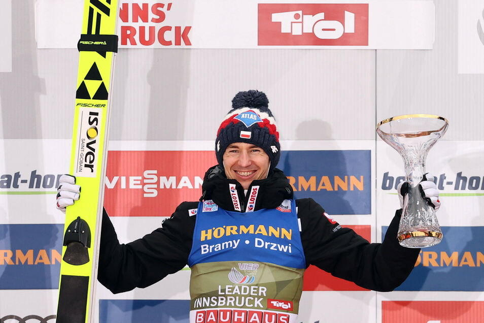 Innsbruck-Gewinner Kamil Stoch jubelt bei der Siegerehrung und steht vor seinem dritten Erfolg bei der Vierschanzentournee.