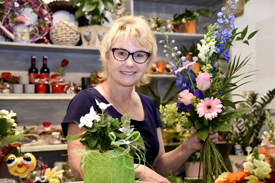 """Kerstin Hoppendietzel, Inhaberin des Blumengeschäfts """"BlütenTräume"""" freut sich über eine steigende Nachfragen ach ihren Blumen."""