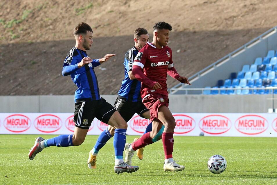 Marin Sverko (l.) kommt in dieser Szene einen Schritt zu spät gegen Dynamos Ransford-Yeboah Koenigsdörffer. Saarbrücken gewinnt trotzdem das Spiel - doch die drei Punkte sind fraglich.