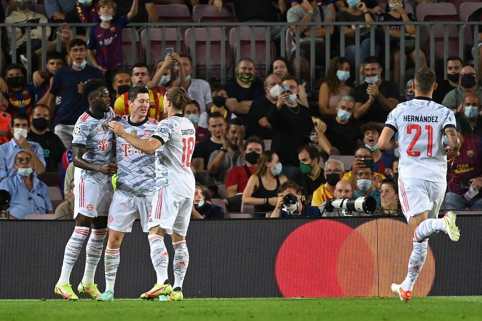 Robert Lewandowski (2.v.l) jubelt mit seinen Mannschaftskameraden über seinen Treffer zum 0:3.