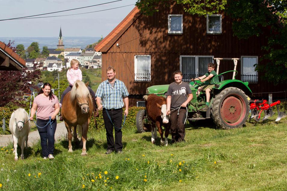 Antonia reitet, Vincent führt das Kälbchen, Rafael fährt Traktor: Wo sich die eigenen Kinder wohlfühlen, können auch andere schöne Urlaubstage verbringen. Genug Tiere haben Franka und Markus Jentsch auf ihrem Hof in Schöneck jedenfalls.