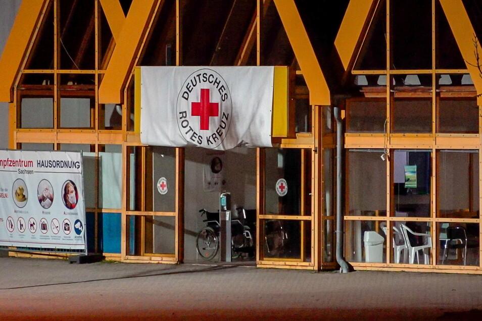 Drei Unbekannte sollen am Dienstagabend Bierflaschen mit einer brennbaren Flüssigkeit auf das Impfzentrum in Treuen geworfen haben.