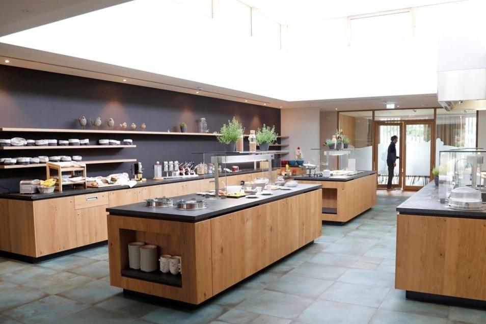 Die Speisen für das Buffet werden in der neuen Hotelküche zubereitet.